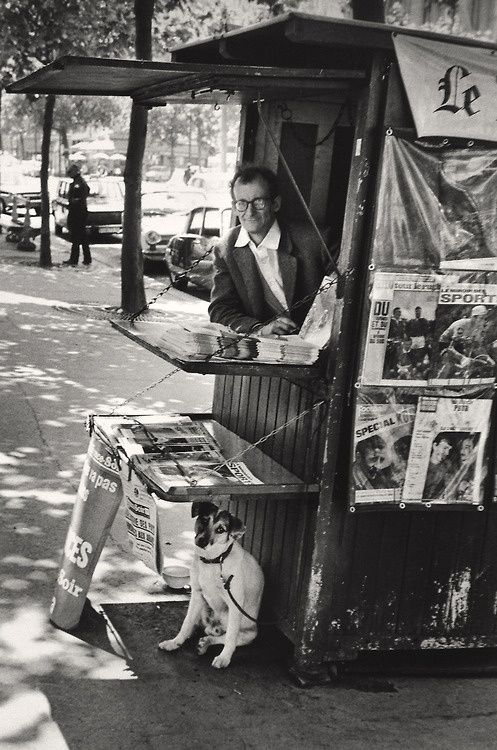 Elliott Erwitt      Le kiosque au chien      Paris 1965