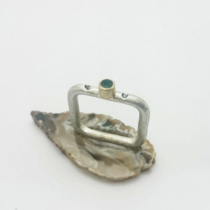 Anillo de plata y oro amarillo cuadrado con esmeralda y diamantes negros. de horivert en Etsy