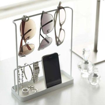 Smart förvaring för glasögon, ringar, mobil och annat som används dagligen.