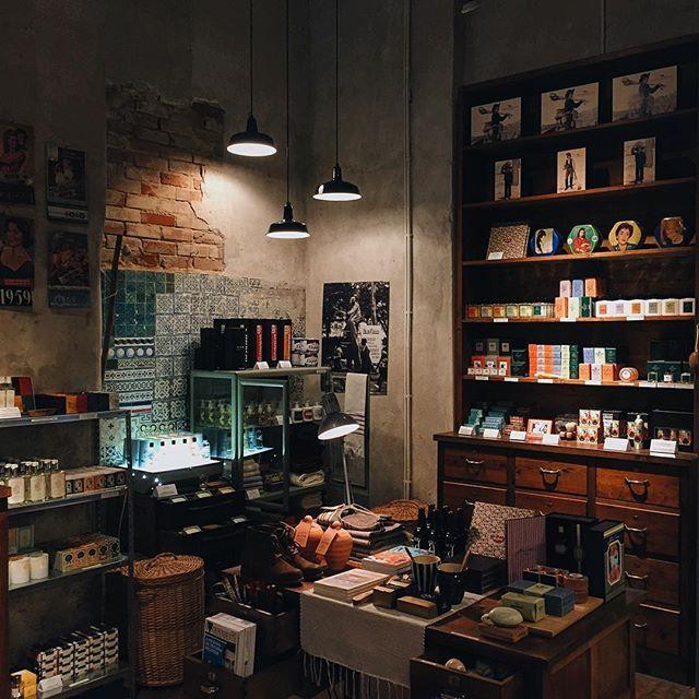 Made In Portugal: Tiendas para visitar y comprar pedacitos de #Lisboa - via La Vanguardia 31.05.2016 | Azulejos, ultramarinos, joyas o licores... Descubre establecimientos con encanto que te permitirán llevarte la esencia de Portugal.