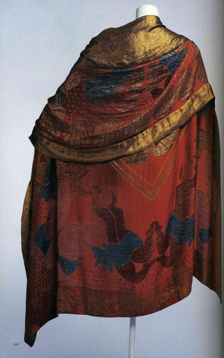 Вечерний плащ-накидка. Поль Пуаре, 1925. Ткань Рауля Дюфи «Амфитрита». Оранжевая жаккардовая ткань ламе с набивным рисунком.