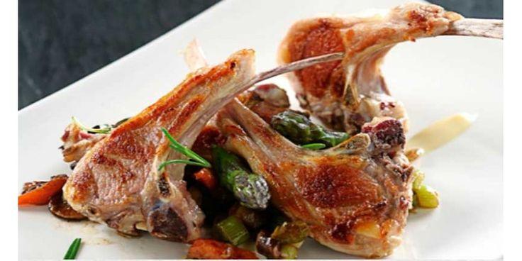 Chuletas de cordero a la parrilla con ragut de verduras y crema de ajo