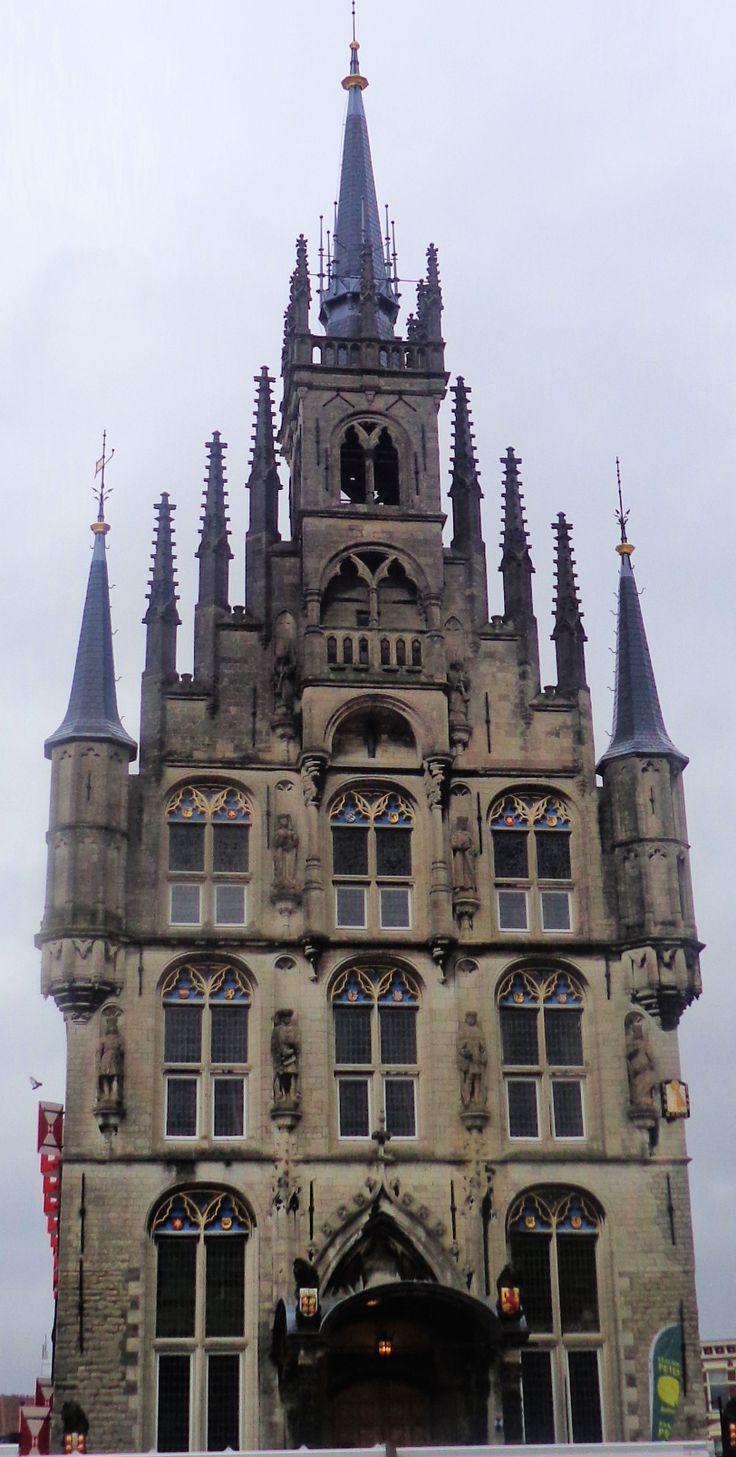 Op de voorgevel zijn afbeeldingen van de graven en gravinnen van het huis van Bourgondië aangebracht.