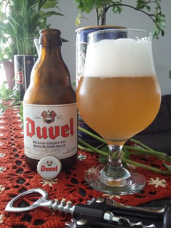 Cerveja Duvel, estilo Belgian Golden Strong Ale, produzida por Brouwerij Moortgat, Bélgica. 8.5% ABV de álcool.