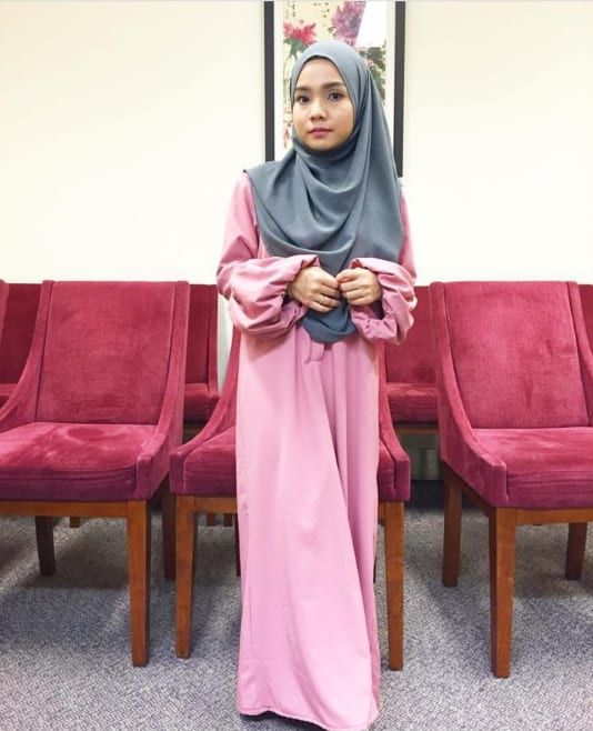 @yuyuzulaikha makes pinks and gray your next favorite color combo. Our Established Elegance Jubah features trendy full sleeves. A front button placket also makes this piece nursing-friendly.