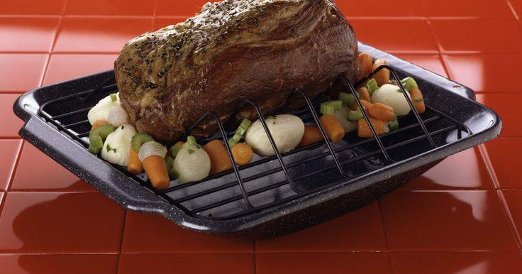 Como preparar um coxão mole assado. Um coxão mole assado é uma carne de boi de corte nobre, repleta de sabor e que gera pouco desperdício. Se você comprar essa carne sem osso, poderá ter certeza de que está fazendo valer cada centavo gasto. O coxão mole é uma ótima alternativa para uma refeição no fim de semana e é suficientemente versátil, proporcionado opções de pratos para fazer ...