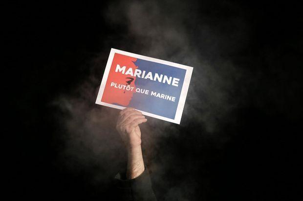Rassemblement citoyen sur le parvis de la Coupole à Helfaut. Environ deux cents citoyens audomarois se sont rassemblés pour proclamer 'Marianne plutôt que Marine', le 9 décembre.