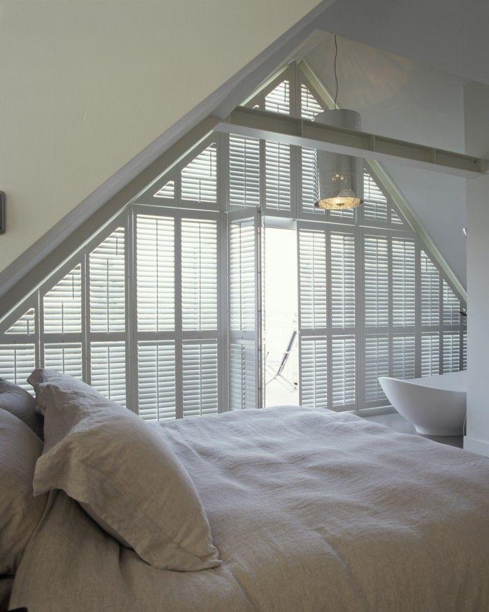 Slaapkamer met puntdak. Wanneer je ervoor kiest om op zolder te slapen, is er vaak één probleem: de raambekleding is lastig op maat te maken waardoor het licht moeilijk buiten kan worden gesloten. Met deze op maat gemaakte shutters is dat probleem echter verleden tijd. Jasno Shutters