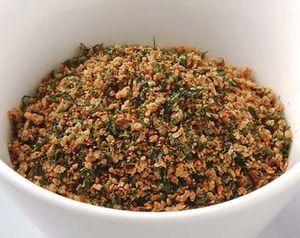 白胡麻ふりかけ    材料(5人分) 白胡麻1/4C(ゴミを取り除き洗って水を切る) 味噌(豆・麦)1/4c 油少々 青海苔大2(人参葉・すぎなの粉末も良い) 生姜みじん切り2g 作り方    1 白胡麻は煎って、すり鉢で半擂りにする。    2  1に味噌を加え、さらに擂る。    3 厚手の鍋を油でふき、2を入れ、水分をとばすつもりで弱火の中火から弱火でサラサラになるまで煎る。  [注意] ・鍋に押しつけるように煎ると焦げやすくなるので、へらの使い方に注意しましょう。    4 仕上がり直前に生姜のみじん切りを混ぜ、火を止めて青海苔を加え、混ぜる。    5 すぐに鍋から取り出す。