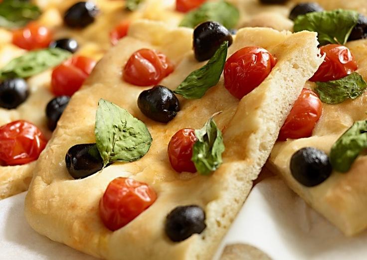 Focaccia z oliwkami, pomidorami i bazylią #lidl #przepis #focaccia #pomidory #bazylia #sylwester