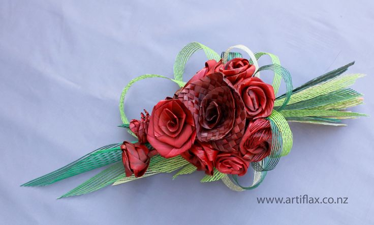 Stunning flax flower gift bouquet in shades of red, framed by beautiful green Hapene Flax