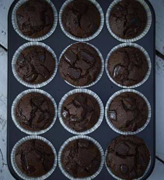 Glutenfria chokladmuffins med stora bitar av choklad