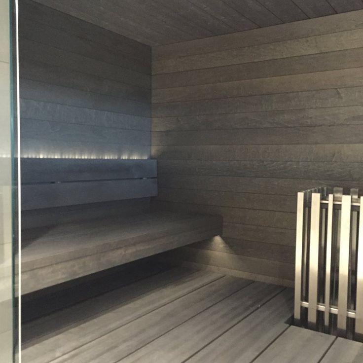 Rauhallinen ja harmaa on saunan sävy, kun lauteet Prosaunan Kero-mallistoa haapalankuista ja panelit haapaa, kaikki harmaana.