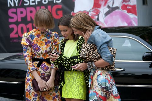 N Y CPrints Pattern, Street Fashion, Leopards Clutches, Fashion Weeks, Street Style, Pattern Mixed, Mixed Prints, Neon Colors, Floral Fashion
