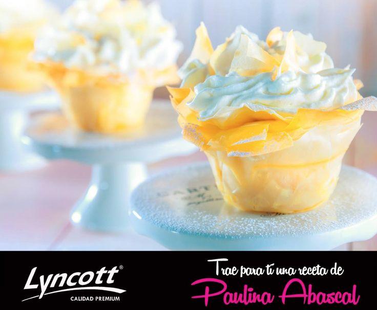 FIESTA DE PLÁTANO Y CHOCOLATE BLANCO  Ingredientes  Plátanos al horno -5 plátanos Tabasco -1 vaina de vainilla -2 cucharadas (20 g) de mantequilla LYNCOTT® -¼ de taza (50 g) de azúcar  Costra de pasta phylo -10 hojas de pasta phylo -1 taza (200 g) de mantequilla fundida LYNCOTT® -1/3 taza (50 g) de azúcar glass -½ taza (100 g) de chocolate blanco