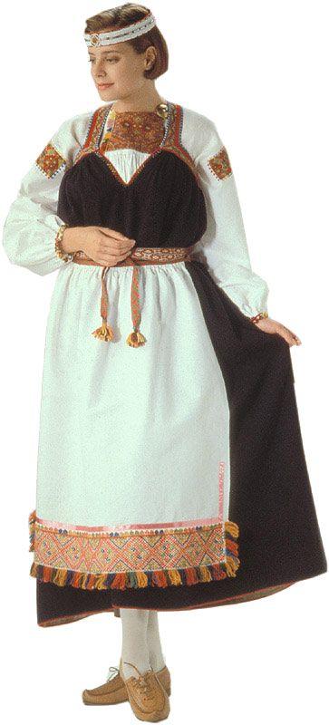 The Tuutari folk dress with beaded headband, Finland | Tuutarin naisen kansallispuku. Kuva © Helmi Vuorelma Oy