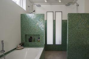 Mozaiek tegeltjes en beton-cire vloer