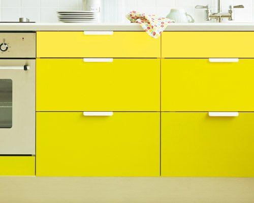 """Die Fronten  Wenn der Lack ab ist oder einfach nur noch langweilig, kommt eben ein anderer Anstrich her - Küchenfronten können Farbe gut vertragen. Toll ist die Idee mit dem Verlauf von hell zu dunkel von oben nach unten. Fronten zunächst anschleifen, grundieren, dann lackieren (Küche """"Faktum"""", Fronten """"Applad"""": Ikea; Acryllack Go.60.75, Go.70.76, Go.50.70: Sikkens)."""