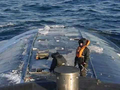 Сегодня Россия и ее Военном-Морской флот отмечают День памяти погибших подводников.Все корабли и суда ВМФ РФ в этот день приспускают Андреевские флаги, и проводят минуту молчания.
