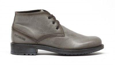 No te limites a botas café o negras, el gris es el color de la temporada. Llévalo en tus botas tambien.
