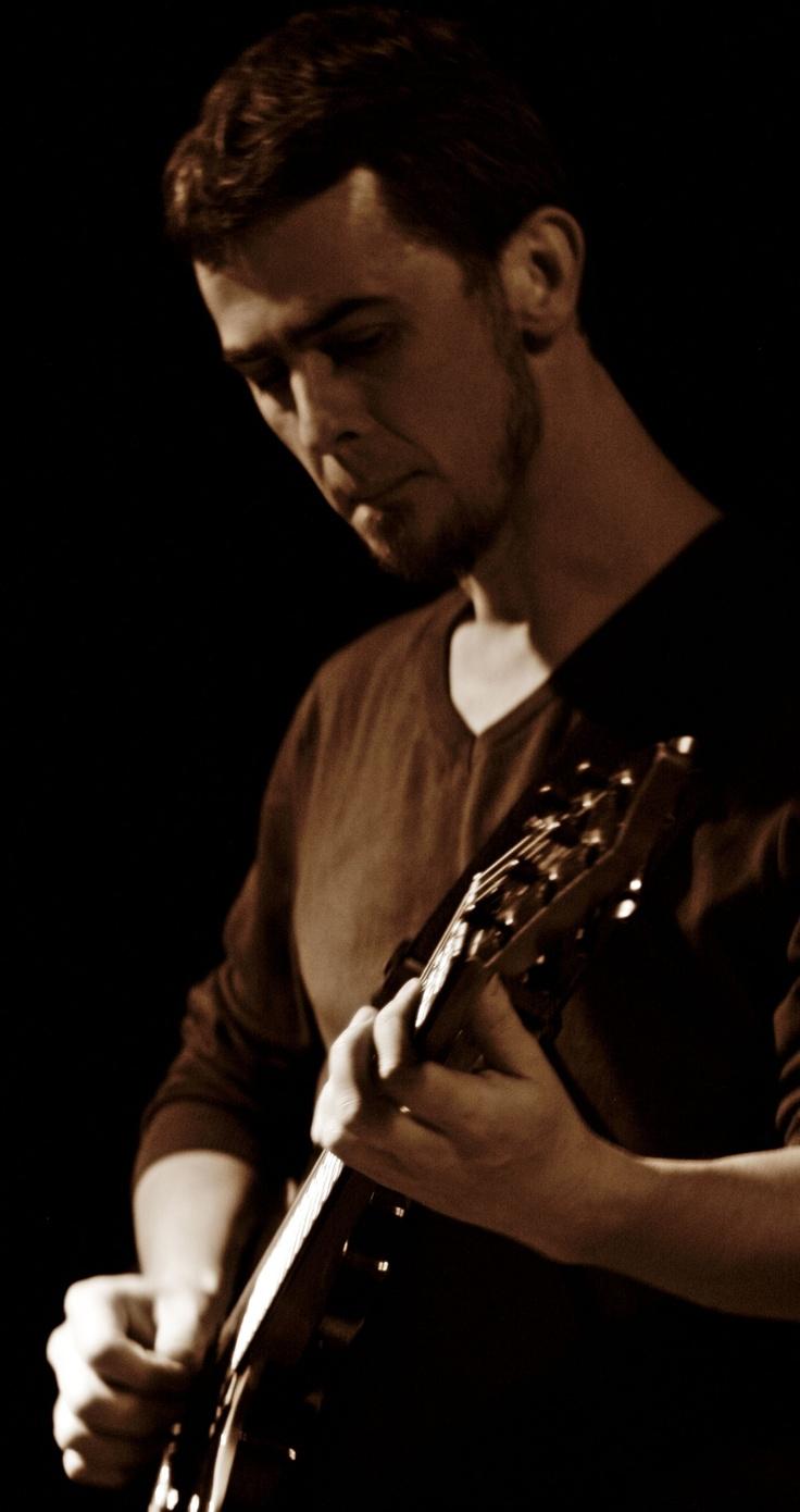 26 Mart - Berkant Çelen kendi besteleri ve caz klasikleriyle 26 Mart Pazartesi akşamı 2230'da Alt. sahnesinde. YTÜ Müzik Bölümü caz gitar dalı mezunu Berkant Çelen, İTÜ MİAM'da müzik teorisi alanında master yapan gitarist halen bir yandan Jehan Barbur'la çalmakta, bir yandan Jokerstore'da gitar eğitmenliği yapmakta, bir yandan da caz ve ilgili türlerde beste çalışmaları yapmaktadır. -- http://facebook.com/altnokta - http://twitter.com/alt_nokta