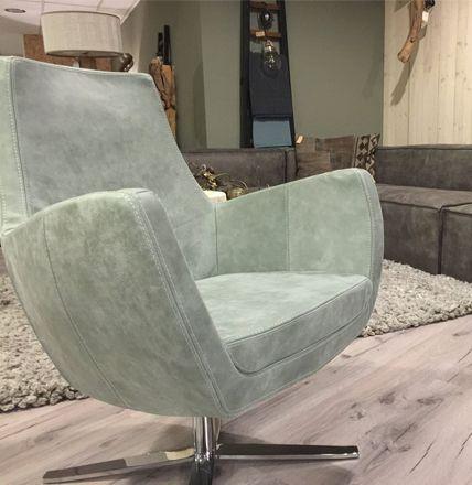€695 Een chique en trendy fauteuil die in elk interieur tot zijn recht. komt.Draaifauteuil Annet is verkrijgbaar in stof en leder in verschillende prijs klassen.