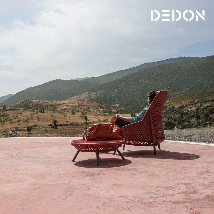 Коллекция AHNDA дизайнера Стивена Беркса (Stephen Burks) состоит из плетеных в ткацкой культуре Филлипин из волокна DEDON предметов: кресла с высокой спинкой, низкого лаунж-стула и низких круглых столиков. #dedon