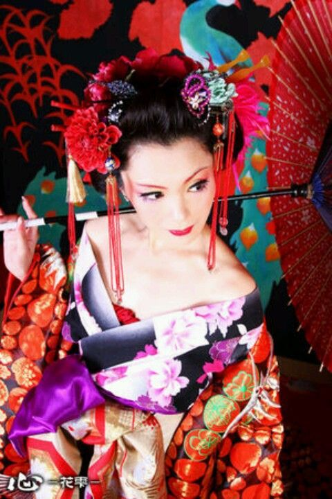 Geisha / Kimono / Traditional Asian Fashion / Photography / Chinese / Japanese / Woman / Cosplay // ♥ More at: https://www.pinterest.com/lDarkWonderland/