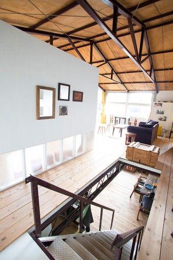 2階の天井はコンパネのまま。「解体されたコンパネは作業員が踏むこともあるので、天井になぜか足跡がついているんです(笑)」。パーティションで区切られた部屋は、長男の源樹さんの個室。時に客間になることも。足元を透過パネルにして階段周りに明るさをキープ。