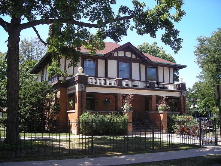 Вариант кирпичного фасада пестрого цвета в эклектичном стиле