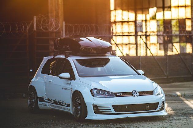 【ギャラリー】Volkswagen Golf GTI RS6 今週末に米国ジョージア州サバンナで開催される「ヨーロピアン・エクスペリエンス」に、フォルクスワーゲンが現行モデルをベースとした5台のカスタムカーを出展する。お手軽なドレスアップから、大幅に改造されたクルマまで、いずれも「フォルクスワーゲン・エンスージアストの様々な興味から着想を得て」製作されたものだという。 まず、上の写真にある「ゴルフ GTI」は、Vossen社のクリエイティブ・ディレクターが製作した「GTI RS」と呼ばれるクルマで、ポルシェが使用しているものと同じ筆記体でグラフィックやロゴが描かれている。前後のフェンダーには過激なロケットバニー製のワイドボディキットがボルトで取り付けられ、足元に履くのはもちろんVossen社製ホイールだ。トップにはThule社製のルーフラックとカーゴボックスを装着。車内はロールケージを組み込むために後部座席を取り払い、ノーマルのチェック柄フロント・シートは、ダークレッドの革張りレーシング・シートに置き換えられている。 【ギャラリー】Volkswagen Golf…