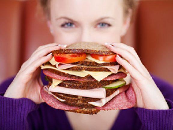 Ein niedriger glykämischer Index bei Lebensmitteln ist laut einer neuen Studie entscheidend, wenn man Heißhungerattacken verhindern will.