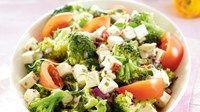 Kevennetty kreikkalainen salaatti kirsikkatomaatti kalamata oliivit korvaa oliiviöljy aurinkokuiv tom:n öljyllä kurkku juustohöylällä