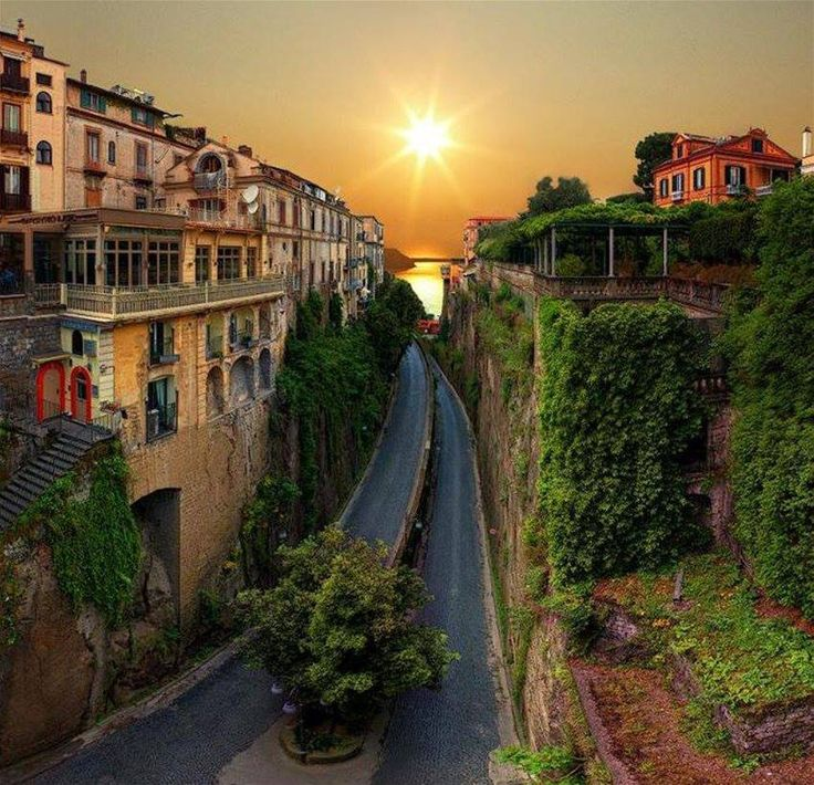 Μια υπέροχη πολη με εντυπωσιακές επαύλεις, 47 χλμ από τη Νάπολη, με ένα μοναδικό ηλιοβασίλεμα που εκθείασαν προσωπικότητες σαν τον Γκαίτε, τον Νίτσε, τον Βάγκνερ, τον Βέρντι, τον Μπάιρον. Το Σορέντο, αρχαία ελληνική πόλη, έχει την ηρεμία του τοπίου και το πάθος των 18 χιλιάδων κατοίκων του.
