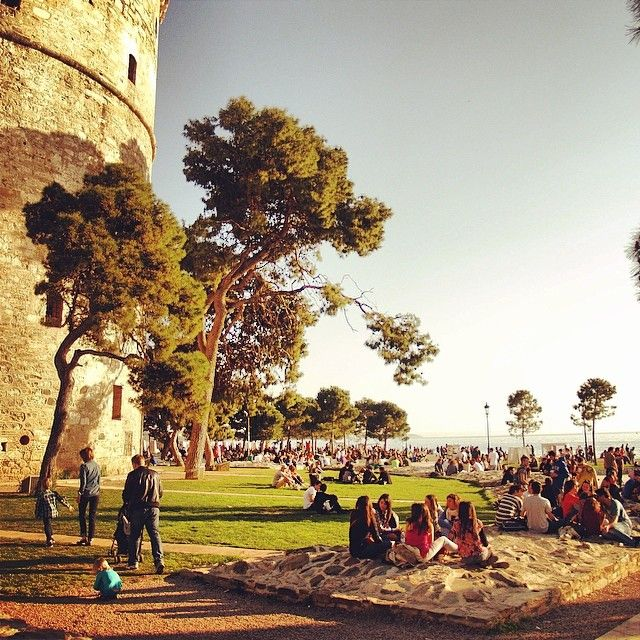 People sunbathing by the White Tower, enjoying the spring sun. (Walking Thessaloniki, Route 05 - Museums)