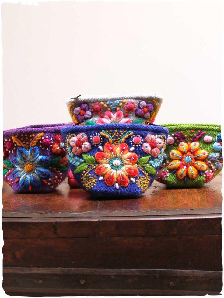 Portamonete donna Portamonete donna artigianali di lana con ricami floreali.  Un portamonete donna etnico dallo stile inconfondibile. Cerniera e fodera interna  #modaetnica #ethnicalfashion #lamamita