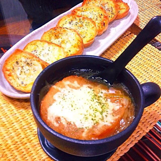 フランスパンを頂いたので(*^^*) オニオングラタンスープ久々に作りました❤️ - 90件のもぐもぐ - オニオングラタンスープ&バジルとチーズのバケット(*^^*) by yuinori