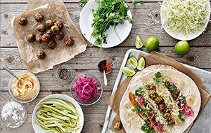 Wrap met veggieballetjes, hummus en ingelegde rode ui