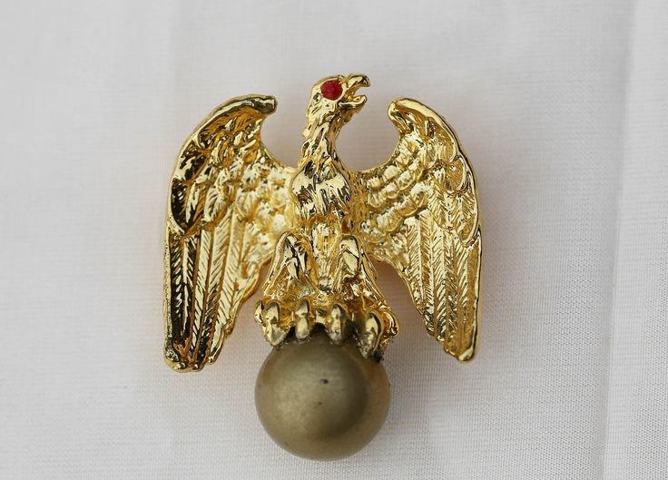 This LIBERTY EAGLE brooch / pin by Ann Hand is her signature piece of jewellery. It has been and still is worn by First Ladies, Ambassadors and public officials. The current value for this piece is approx. NZ$150.