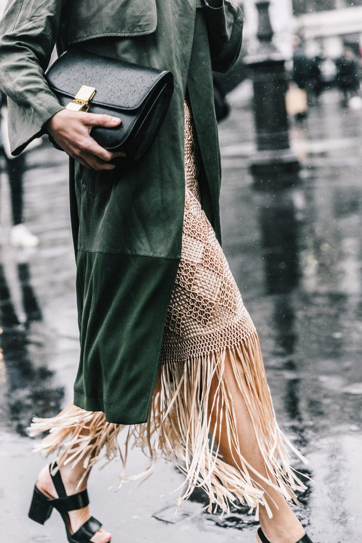 Me encanta el juego de bolso y zapatos formales en contraste con el estilo de la falda.