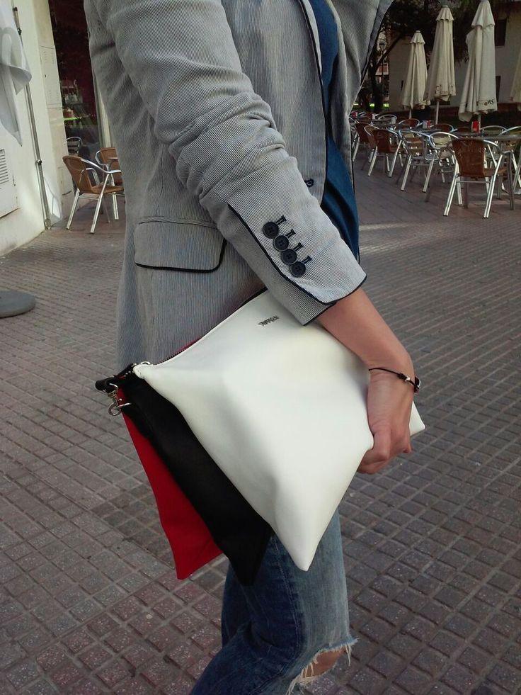 Bolso tricolor, blanco rojo y negro genial para jeans o pantalón de tela. #Moda #CórdobaESP #Jeans #Americana #Bolso #Complementos http://www.srtabonnet.com/bolso-para-tu-viernes-de-dolores-o-domingo-de-ramos/
