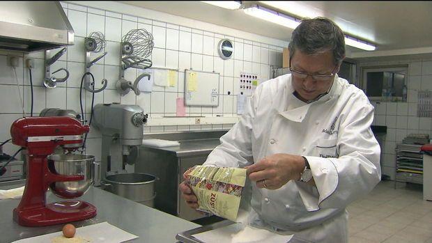 Een Vlaams bedrijf heeft een nieuwe suikervervanger ontwikkeld, Zusto. Het heeft alle eigenschappen van suiker, maar is toch geschikt voor diabetici. Een Antwerpse patissier werkt er al mee. Hij bakt koekjes met suiker, maar ook met Zusto.