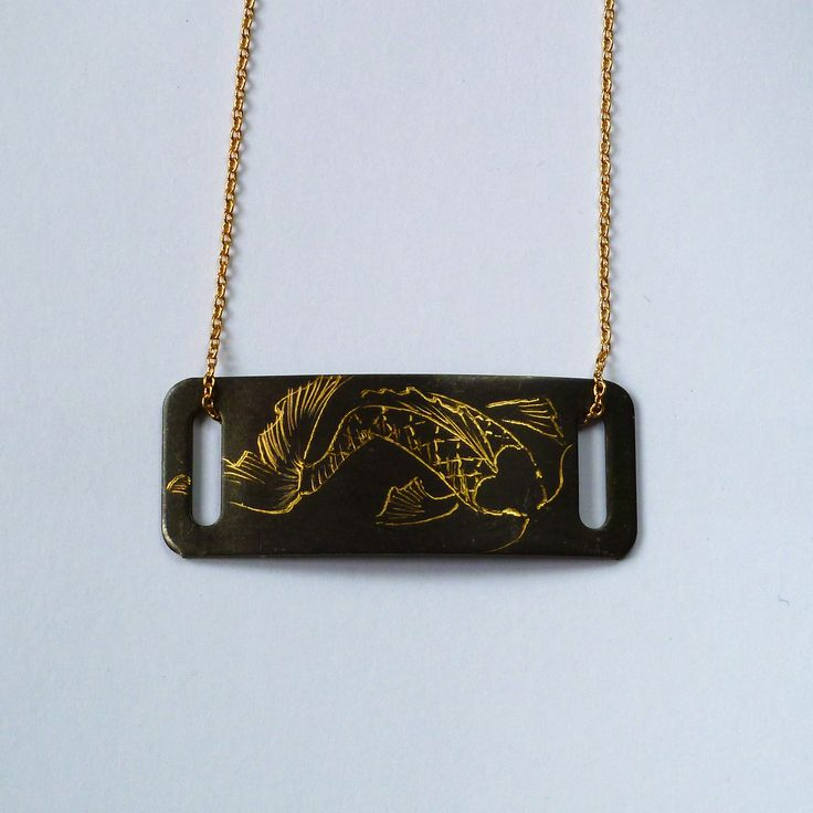 Détail du collier serti d'une plaque en laiton gravée, rectangulaire.