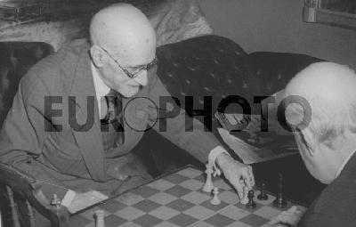 Jacinto Benavente jugando una partida de ajedrez