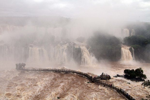 Christian Rizzi / Agência de Notícias Gazeta do Povo / Vazão acima do normal proporcionavam espetáculo para quem visitava as Cataratas do Iguaçu na manhã desta quarta-feira (1º)