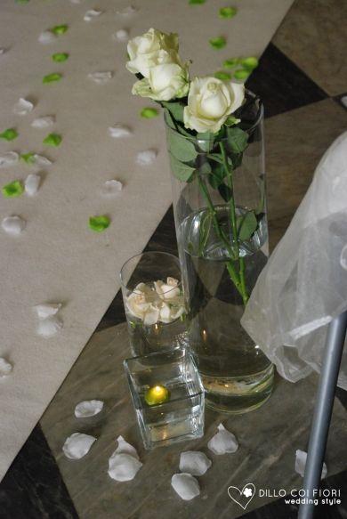 Lerici chiesa S.Rocco lungo la navata set di vetri con fiori e candel durante matrimonio