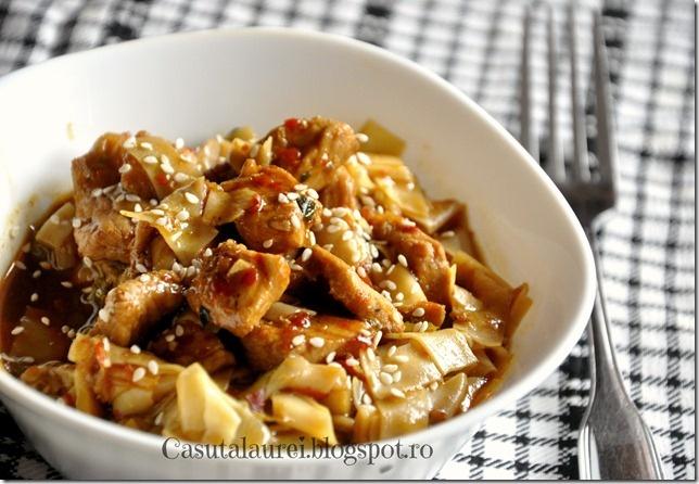 Porc prajit cu miere si ghimbir, o reteta de inspiratie asiatica, cu combinatii si arome surprinzatoare