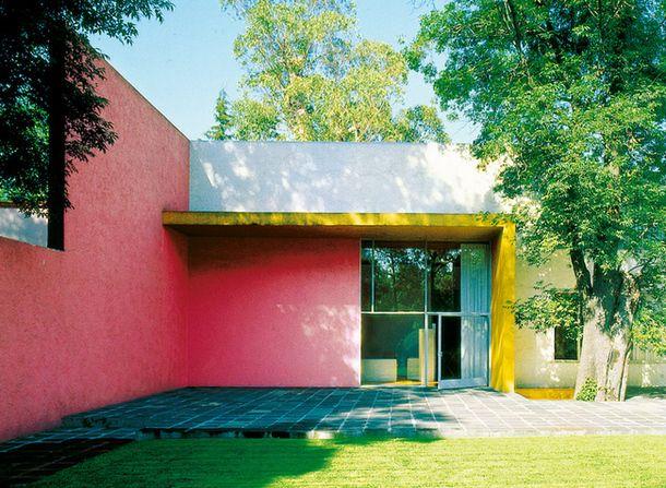 """1980: Луис Барраган  Мексиканский архитектор, ландшафтный архитектор. Создатель медитативных пространств для уединения и созерцания. Барраган писал: """"Я верю, что любое произведение искусства достигает совершенства, если передает ощущение тишины, радости и спокойствия"""". Среди его самых известных работ: собственный дом (Мехико, Мексика, 1948), сад """"Лас Арболедас"""" (Мехико, Мексика, 1962), конюшня """"Сан-Кристобаль"""" (Мехико, Мексика)."""
