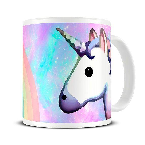 Regenbogen Unicorn Mug  Niedlichen Becher, das perfekte Einhorn Emoji Geschenk.  Eine schöne und glänzende A + Qualität 10oz Keramiktasse.  Polig scharfe lebhafte Farben mit einem Hochglanz-Finish. Beidseitig bedruckt. Geschirrspüler und Mikrowelle sicher gewährleistet. Fade und kratzfest. Höhe 3 1/2 Zoll.  Jede Tasse wird in einer starken Becher-Box ermöglicht einfache Geschenkverpackung präsentiert.  Finden Sie das gesamte Spektrum an: https://www.etsy.com/shop/them...