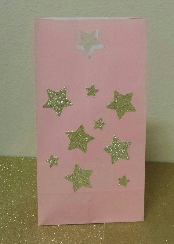 Listado está para el conjunto de 12 bolsos en rosa con oro o plata brillo de estrellas. Si necesita diferentes colores, por favor en contacto conmigo para lista personalizada. Bolsa mide 9.5 de altura 5 de ancho  POR FAVOR DEJAR FECHA DE EVENTO EN LA COMPROBACIÓN RECUERDE QUE ESTOS ARTÍCULOS PUEDEN SER PERSONALIZADOS A JUEGO CON TU FIESTA, ME ENCANTA ÓRDENES DE ENCARGO, PREGUNTE